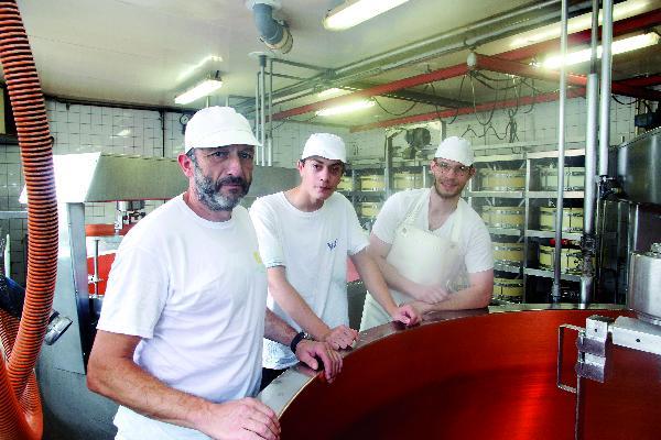 Dominique Bonnefoy et Thibaut Joliot entourent le jeune apprenti, Alessandro Nicod.
