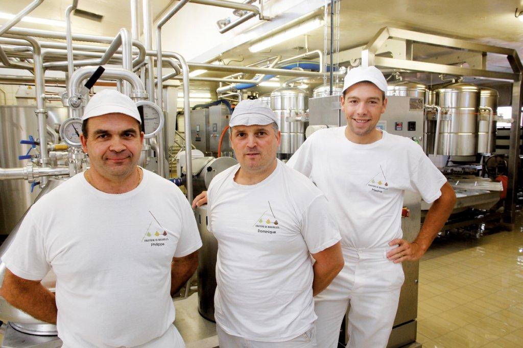 Philippe Meunier (à gauche) avec l'aide-fromager,
