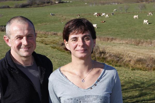 Céline et Xavier Chambelland bichonnent tout l'été leurs 70 hectares d'herbe en prairies permanentes, situés dans un rayon de 1,5 km autour de la ferme. (Photo © CIGC/Petit)