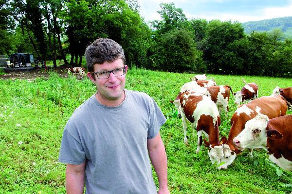 Camille Marguet et son salarié n'ont mis que quelques jours à habituer les vaches à ce nouvel équipement. (Photo © CIGC/Petit)